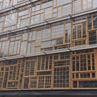 Fassade: Fassade aus recycelten Fenstern (aus Holz)