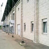 Eingangsbereich:  (aus Metall und Mauerwerk)
