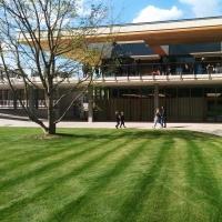 Fassade: EG Umkleide Freibad, OG Terrasse Restaurant (aus Holz)