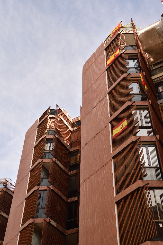 Fassade:  (aus Keramik und Metall)