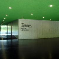 Eingangsbereich: Blick in den Eingangsbereich der Turnhalle, Boden aus versiegeltem Gussasphalt (aus Kunststein)