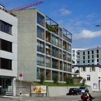 Aussenraum: Blick von der Breitensteinstrasse (aus Beton und Glas)