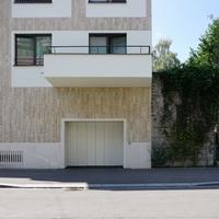 Fassade:  (aus Naturstein und Putz)