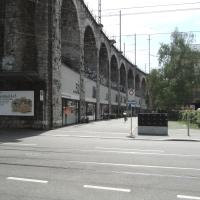 Aussenraum: Blick von der Limmatstrasse auf die Ladenstrasse des Viadukts (aus Putz)