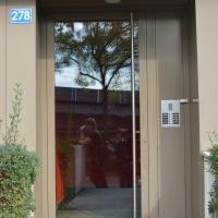 Türe: Tür aus glas mit brauner Metallabdeckung