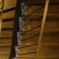 Geländer: Treppe mit Kunststein und Metallstaketengeländer (aus Kunststein und Metall)