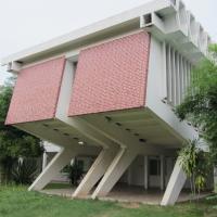 Fassade:  (aus Beton und Mauerwerk)
