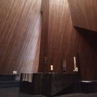 Innenraum mit dem Altar und Lichtstimmung (aus Holz)