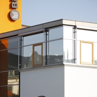 Fassade: Aufstockung mit Glasfassade (aus Glas und Putz)