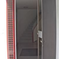 Türe: Hauseingangstür mit roten Gitter