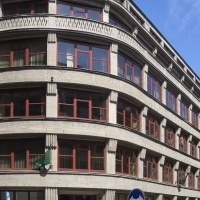 Fassade: Fassade mit den Fensterbändern im sanierten Zustand