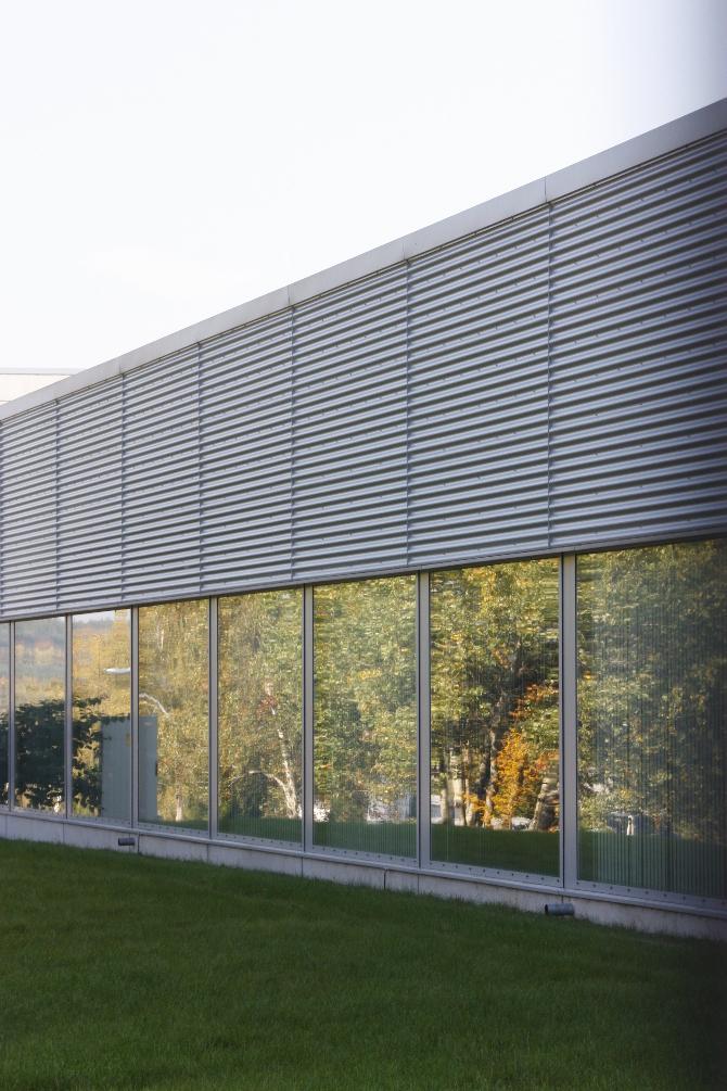 Fassade:  (aus Metall und Glas)