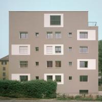 Fassade: Neue Fassade mit der Aufstockung (aus Putz)