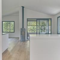 Wohnen: Kamin mit dem Wohnraum und Loggia unter dem Dach