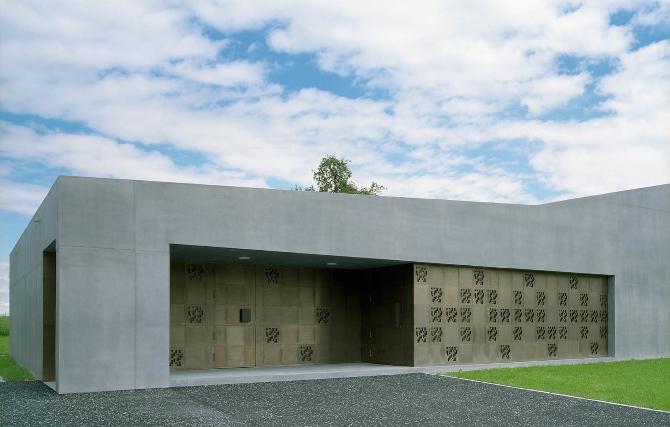 Eingangsbereich:  (aus Beton und Metall)