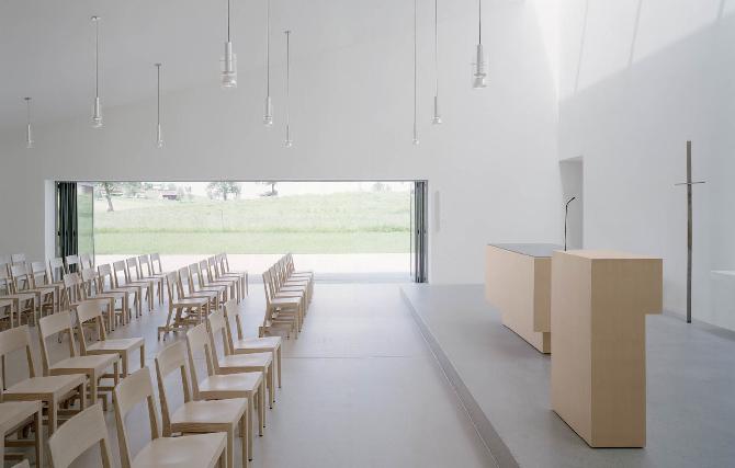 Kirchenraum mit Blick nach Draussen
