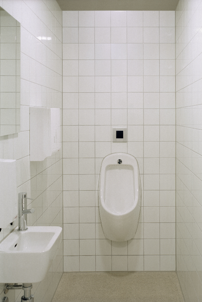 Sanitär: WC mit quadratischen Plättli