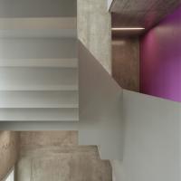 Treppe: Farbiges Treppenhaus mit Stahltreppe (aus Beton und Metall)