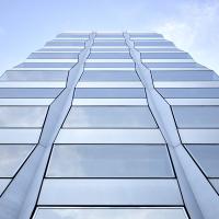 Aussenraum: Fassadenansicht von der Selnaustrasse (aus Beton und Glas)