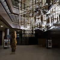 Decke: Das Foyer mit den aufgehängten Leuchten und den speziellen Kastendecken
