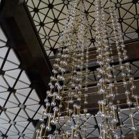 Einbauten: Imposante Leuchten im Foyer (aus Metall)