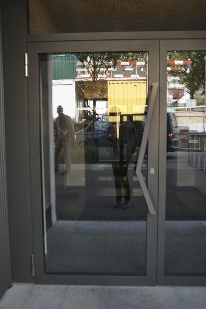Türe: Türgriff schräg für Eingangstür aus Glas