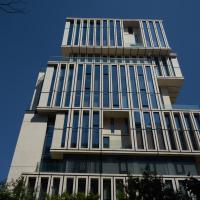 Fassade: Die Fassade mit den überhohen Fenstern und Loggien (aus Beton)