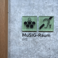 Detail nach Titel: Signaletik mit grünen Kunststoff und geklebten Buchstaben (aus Kunststoff)