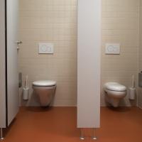 Sanitär: WCs Damen mit beigen quadratischen Platten und farbigen Boden (aus Keramik)