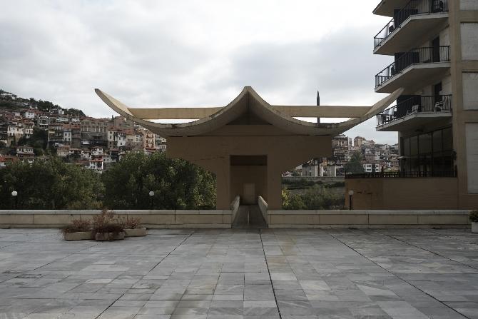 Blick von der Terrasse zur Brücke vor zur Yantra