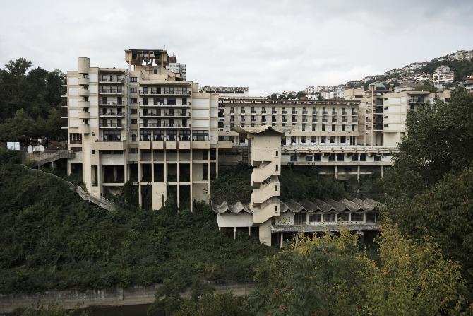 Fassade: Blick von der Yantra vzw. vom Monument der Zarenfamilie (aus Beton)