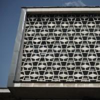 Fassade: Detail der Fassade mit den verspringenden Elementen (aus Beton)