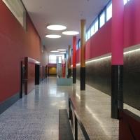 Erschliessung: Die bunte Eingangshalle über 2 Geschosse (aus Beton und Kunststein)