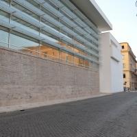 Fassade:  (aus Naturstein und Glas)