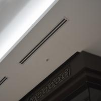 Fenster: Detail Decke zum Schaufenster (aus Putz und Holz)