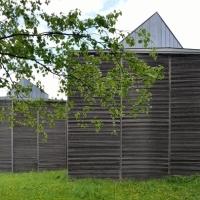 Fassade: Der Schutzbau von hinten (aus Holz)
