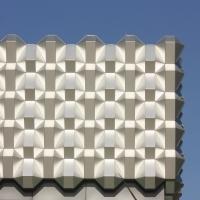 Fassade: Nachbildung der alten Wabenfassade des früheren Centrum Warenhaus (aus Metall)