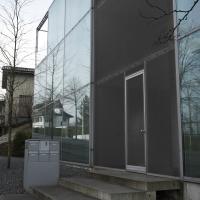 Eingangsbereich: Eignangsbereich, offen als Laubengang mit Metallgewebe verkleidet (aus Glas und Metall)