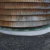 Sockelanschluss: Sockelanschluss Holzschindeln an Betonsockel mit Kupferblech (aus Holz und Beton)