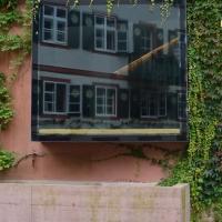 Fenster: Sitzfenster (Erker) hervorstehend, aussenbündig (aus Putz und Metall)