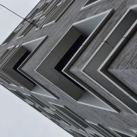 Fassade: Ecksituation Fassade und Betonrahmung um Loggia (aus Putz und Beton)