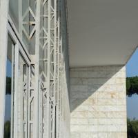Fassade: Detail der Fassadenkonstruktion mit Metallbinder (aus Metall und Glas)