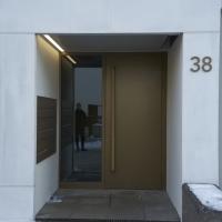 Türe: Eingang mit Metalltüre (aus Metall und Beton)
