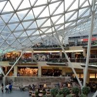 Erschliessung: Innenraum der Mall mit dem grossen Glasdach (aus Glas und Metall)