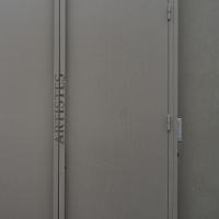 Türe: Grossflüglige Metalltüren an der Rückseite (aus Metall)