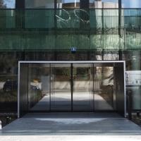 Türe: Eingang mit Schiebetüren und Metall und Glasfassade