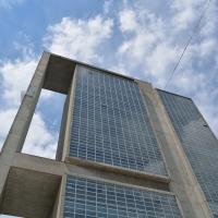 Fassade:  (aus Beton und Glas)