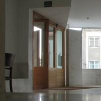 Türe: Das Foyer mit einer mehrteiligen Holztür und Marmoierten Boden (aus Holz und Naturstein)