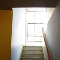 Erschliessung: Treppenhaus mit Handlauf und Festverglasung (aus Putz)