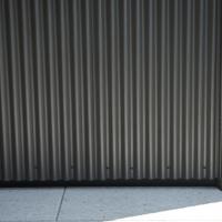 Detail nach Titel: Detail Bodenanschluss gewelltes Blech zu Putz (aus Putz und Metall)